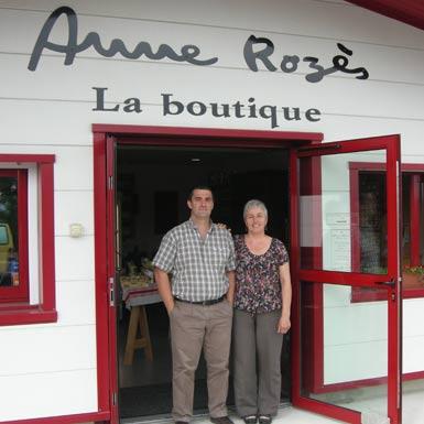 M et Mme Rozès devant la boutique
